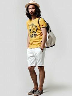 黄色のTシャツ×ベージュのハット×白の短パン