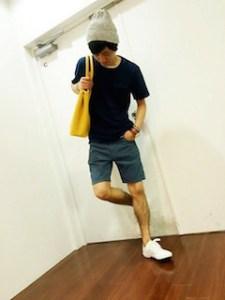ネイビーのTシャツ×デニムハーフパンツ×スニーカー×ニット帽×黄色のバッグ