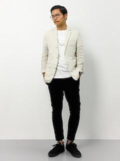 ベージュのテーラードジャケット×白のTシャツ×黒のパンツ×黒のスニーカー