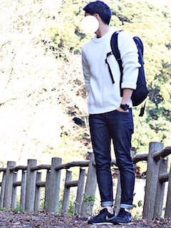 白のニット・セーター×デニムパンツ×黒のスニーカー
