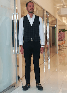 黒チェックのスーツベスト×白いワイシャツ×黒いスリムパンツ