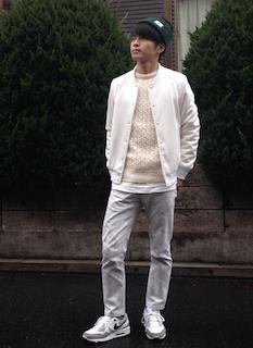 白のニット・セーター×グレーパンツ×白スニーカー