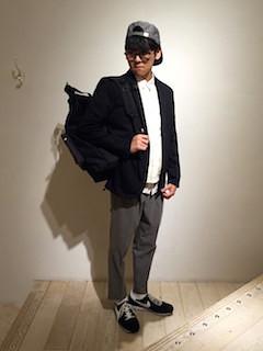白のダウンベスト×白のシャツ×黒のジャケット×グレーパンツ×黒のスニーカー