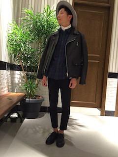 黒のライダースジャケット×チェックシャツ×黒のパンツ×黒のオックスフォード