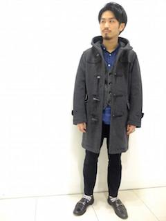 グレーのダッフルコート×青のストライプシャツ×グレーベスト×黒のパンツ×黒のローファー