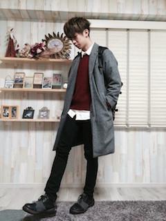 グレーのチェスターコート×白のシャツ×エンジ色のニット×黒のパンツ×黒のブーツ