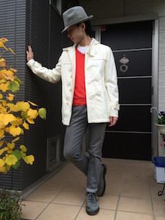 白のダッフルコート×赤のニット×グレーのパンツ×グレーのブーツ