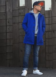青のスプリングコート×グレーのパーカー×デニム×白のスニーカー