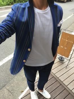 ストライプ柄のサマージャケット×白のTシャツ×ジーンズ×スニーカー