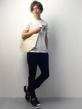 黒のジョガーパンツ×白のTシャツ×サンダル