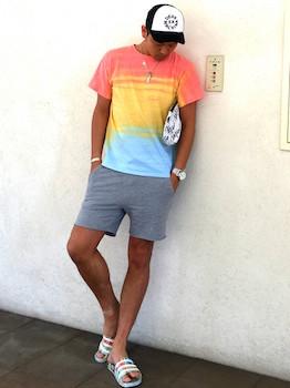 カラフルなアディレッタ×ダイダイ染めのTシャツ×グレーのハーフパンツ