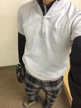 白のトップス×チェック柄のパンツ×靴のゴルフコーデ