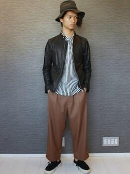 レザーブルゾン×ストライプ柄のシャツ×ブラウンのワイドパンツ