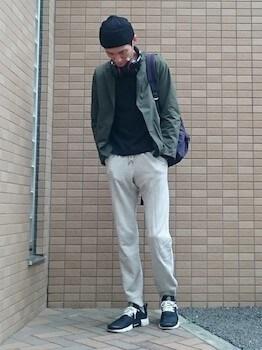 グレーのリュック×カーキ色のジャケット×グレーのジョガーパンツ
