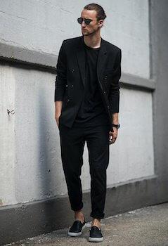 黒色のレザースニーカー×黒色のパンツ×黒色のTシャツ×黒のジャケット