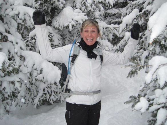 Lynda Dionne les bras en l'air en signe de victoire dehors dans la neige