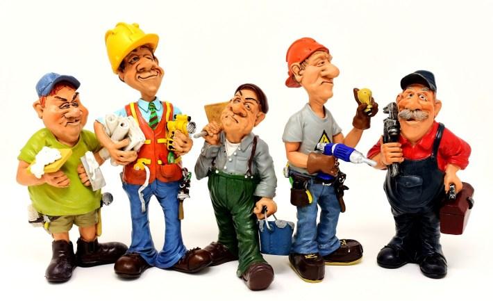 figurines d'hommes de la construction