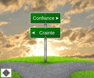 Intersection avec 2 panneaux indicateurs vers le chemin de la confiance ou vers la crainte