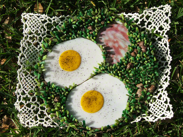 ham and egg-themed mosaic plate by Austin Texas mosaic artist, Lynn Bridge