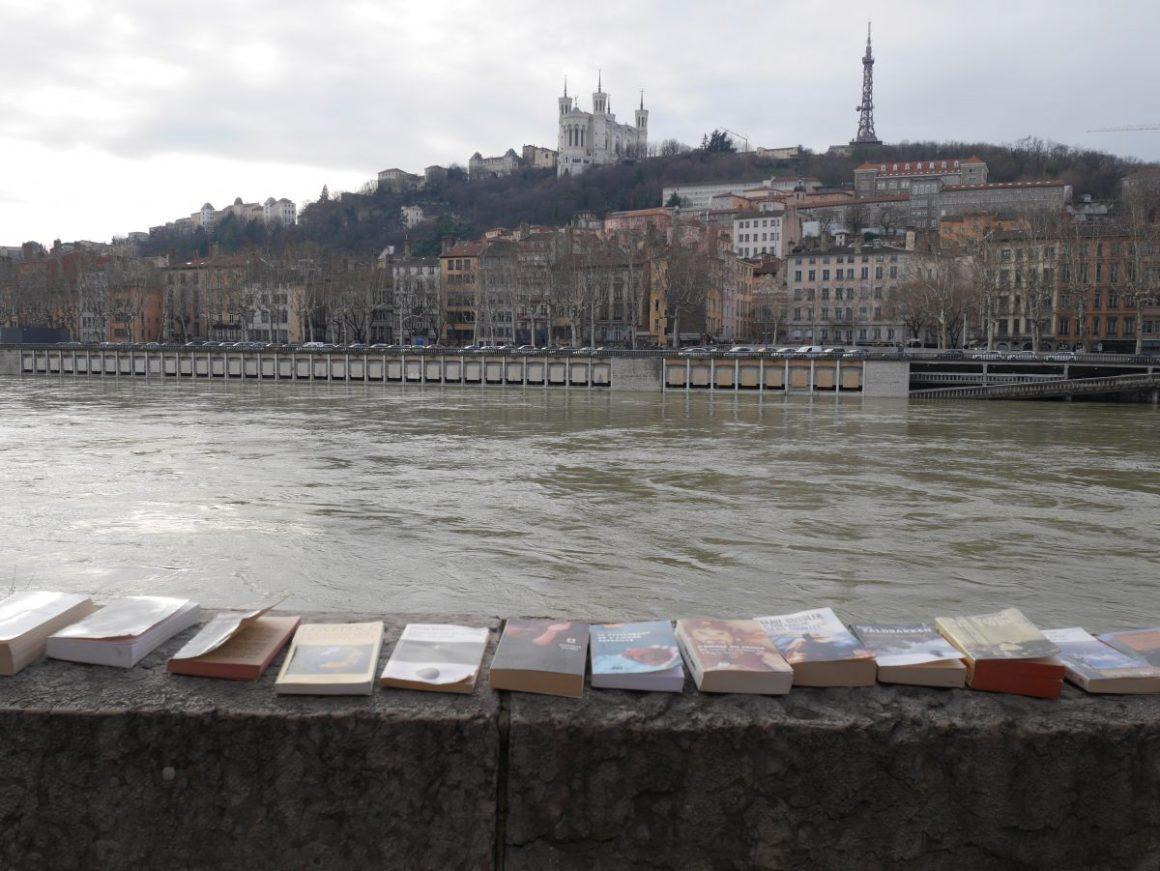 Livres sur le bord du quai