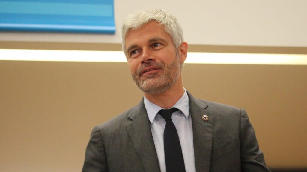Région : un écologiste grenoblois porte plainte contre Laurent Wauquiez à cause de son pin's tricolore