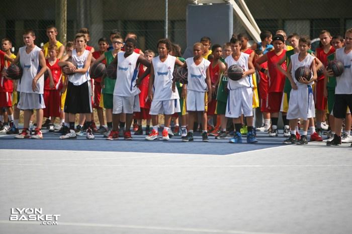 Les jeunes du camp pendant le warm up collectif.