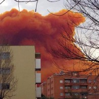 Video of Spain Chemical Explosion Releasing Orange Cloud of Nitric Acid