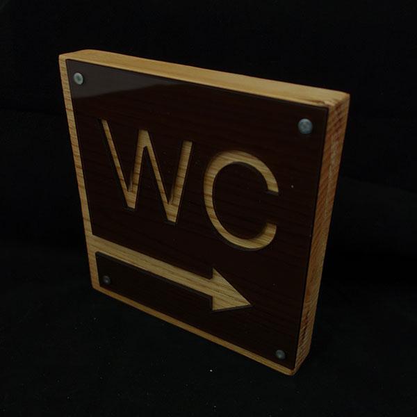 Μοντέρνα ξύλινη επιγραφή WC με plexiglass