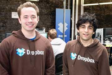 نفر سمت راست آرش فردوسی است که یکی از بنیان گذاران شرکت Dropbox می باشد، ایشان دانشگاه را به قصد دنبال کردن علایق و آرزوهایش رها کرد و برای رسیدن به آنچه که می خواست سخت تلاش نمود، آرش فردوسی اکنون صاحب یک کمپانی دست کم ۴ بیلیون دلاری است.