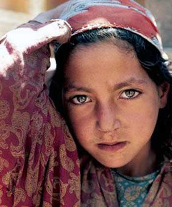 فرتور چهره زیبا ولی اندوه بار یک دختر بچه ایرانی را نشان می دهد. وی با به دنیا آمدن در ایران و در یک خانواده فقیر عملن شانس زندگی کردن و لذت بردن از زندگانی را از دست داده است. حال ما برای کمک به این دختر و میلیون ها کودک به مانند وی چه می کنیم؟ اگر ایرانیان امروز متحد نشده و نظام ضد انسانی را از نابود نکنند، شاید هرگز فردایی وجود نداشته باشد.