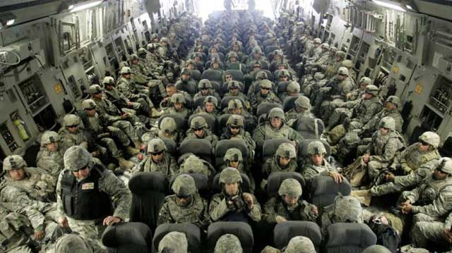 این فرتور ۱۵ هزار سرباز آمریکایی را در سال ۲۰۰۳ میلادی در کنار کویت برای دفاع از مناطق نفتی نشان می دهد. بیگمان، نفت خاورمیانه به کشورهای غربی تعلق دارد و آنان در حفظ و نگهداری آن  همواره در تلاشند.