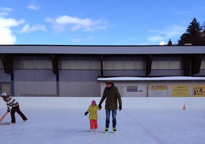 2014. Noch so jung. Warten. Ausschau halten. Kind, Fenster, Schnee, Berge. Eislaufen