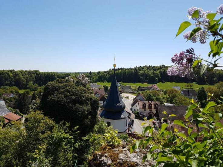 Blick zeigt einen Blick auf die Ortschaft Wichsenstein vom Burgstall aus
