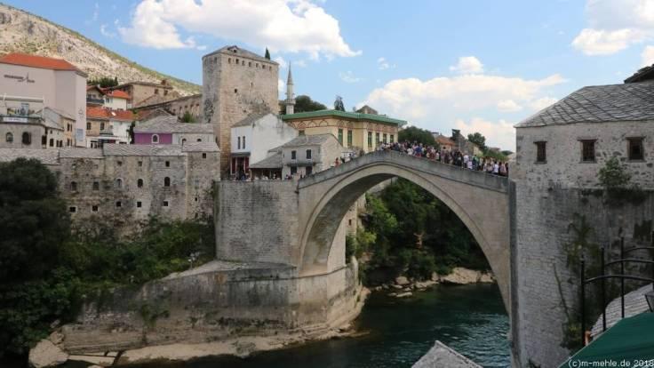 Sprung von der Stari Most, Mostar, Bosnien - Herzegowina