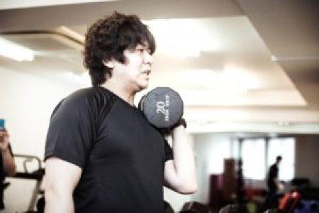 トレーニングに打ち込む肥満男性
