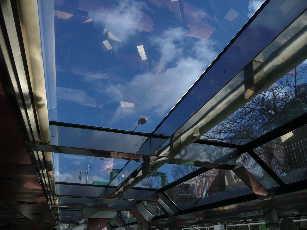 水上バスの天井