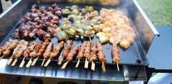 Planchas et barbecue géant viandes marinées scampis et gambas senteur de provence ou exotic yakitori