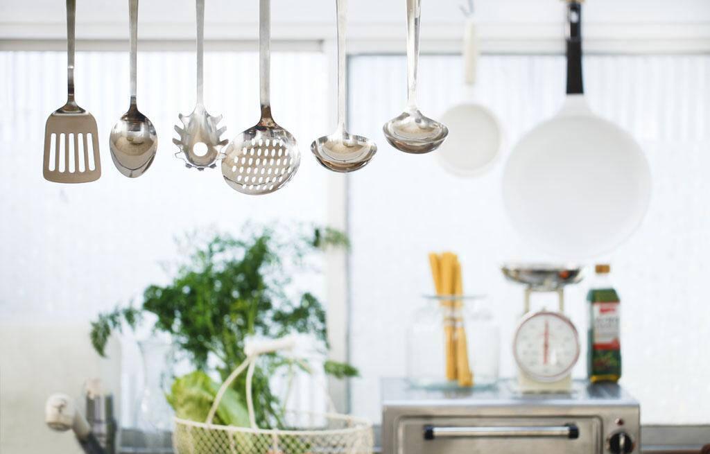 kitchen pots and pans wooden sink 别人家的视觉系厨房 锅碗瓢盆都这么放 京东 每一个被使用的厨房必然存在很多的锅碗瓢盆 而这些带着浓浓烟火气的厨具 给它们一个精致的家 不仅是对厨房的一种装饰 也是对烹饪的一种精致收纳