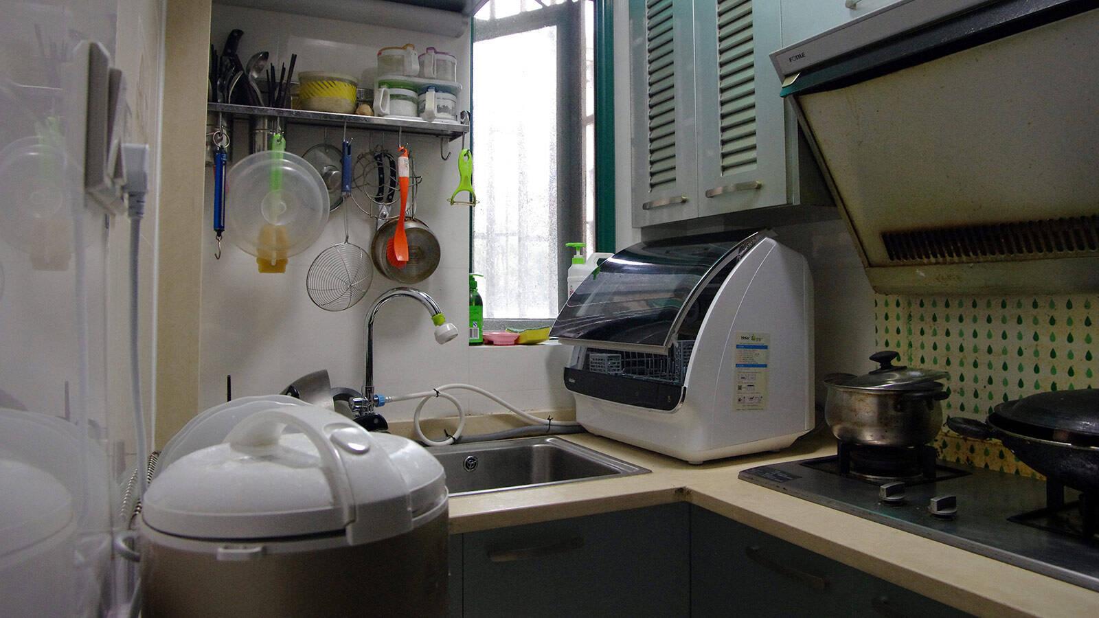 kitchen aid dishwashers grey modern cabinets 小体积有大容量 省水省心好帮手 海尔小贝洗碗机体验 京东 我家的厨房面积其实比较小 除了基本的洗切烧区域外 几乎没有什么额外的空间 即使这样 得益于定制化的部件和独特的贝启式设计 放下海尔小贝洗碗机仍然很轻松