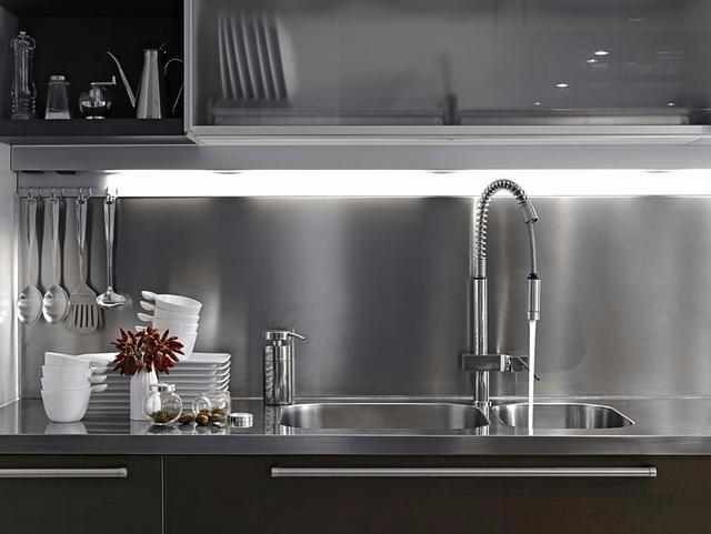 new kitchen sink arm chairs 厨房水槽选对了 清理后才能干净如新 京东 现在市面上的水槽从表面看 其材质和工艺都难以分辨出好坏 可实际上材质与施工工艺直接影响着水槽的质量 厨房水槽在居家生活位置很重要 若是质量不好 对居家生活有