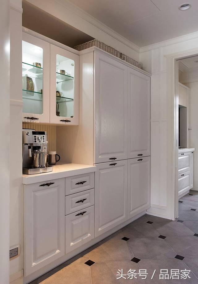 kitchen aid cabinets ashley furniture chairs 餐柜4大收纳巧思 再也不怕厨房 塞 不下 京东 在餐柜加上一盏小灯 当深夜宁静时刻想来杯咖啡时 便不用再走进厨房 大动干戈 让居家动线更为便利流畅