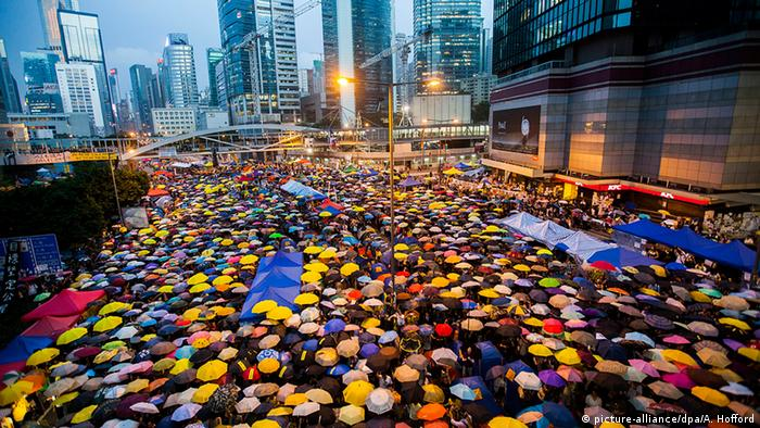 China Hongkong Regenschirmrevolution Demonstration mit Regenschirmen Platz (picture-alliance/dpa/A. Hofford)