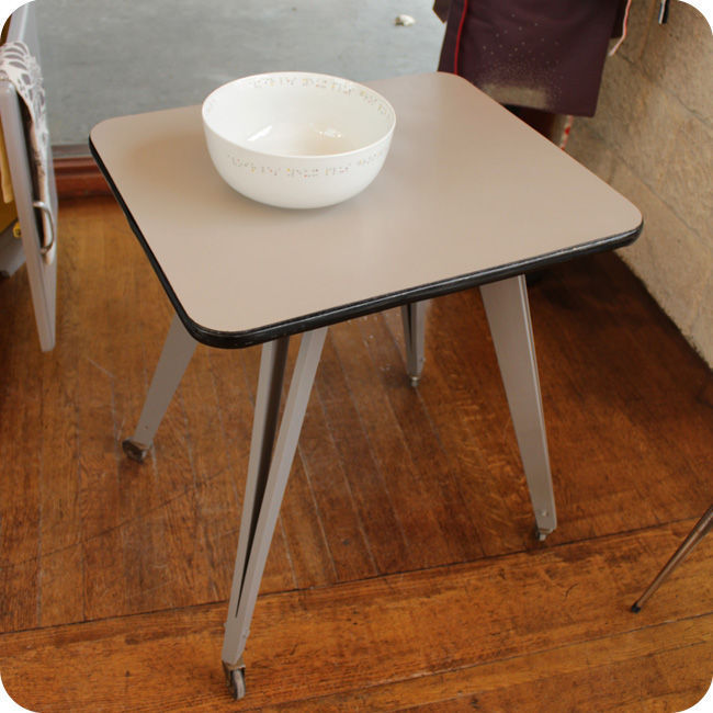 table roulante pieds compas