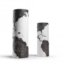 Traboccanti di fiori profumati, abbinati a un solo bocciolo, o da soli, come sculture, i vasi sono ormai imprescindibili complementi di design per l'arredo. Prodotti