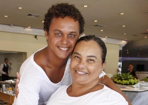 https://i0.wp.com/m.i.uol.com.br/celebridades/2011/03/24/solange-couto-e-jamerson-andrade-em-uma-churrascaria-na-zona-oeste-do-rio-1522011-1300989726047_560x400.jpg