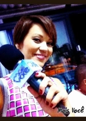 """Geovanna Tominaga estreia como repórter no programa """"Mais Você"""" e comemora no Twitter. """"Obrigada pelas mensagens carinhosas!! Agora estarei todas as manhãs com vocês. Gostaram da matéria sobre leilão?"""", perguntou elas aos fãs (9/3/12)"""