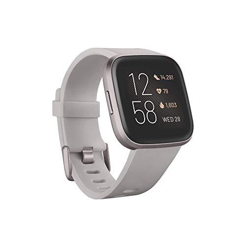 Fitbit Versa 2, el smartwatch que te ayuda a mejorar la salud y la forma física, y que incorpora control por voz, puntuación del sueño y música, Gris piedra/gris niebla - Amazon Alexa Integrada