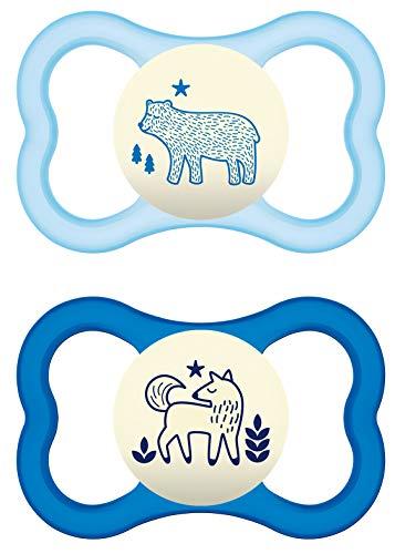 MAM Air Night Silikon Schnuller im 2er-Set, zahnfreundlicher und leuchtender Baby Schnuller, extra leichtes und luftiges Schilddesign mit Schnullerbox, 6 - 16 Monate, blau