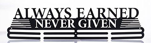 Expositor de medallas deportivas de dos niveles para pared con texto en inglés «Always Earned Never Given» - 46cm de longitud - Acero al carbono