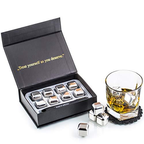 Esclusivo Whisky Stones Set di Regalo in Acciaio Inox - 8 Cubetti di Ghiaccio per Lui - Whiskey Riutilizzabili - Set di Pietre da Whisky - Cubetti Refrigeranti con Sottobicchieri + Pinze by Amerigo